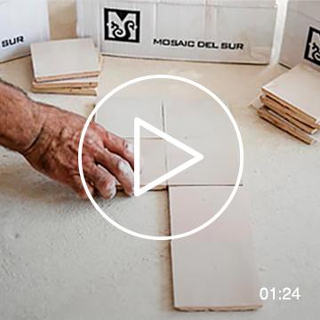 Mezcla aleatoriamente piezas de Zellige con diferentes tonos y texturas
